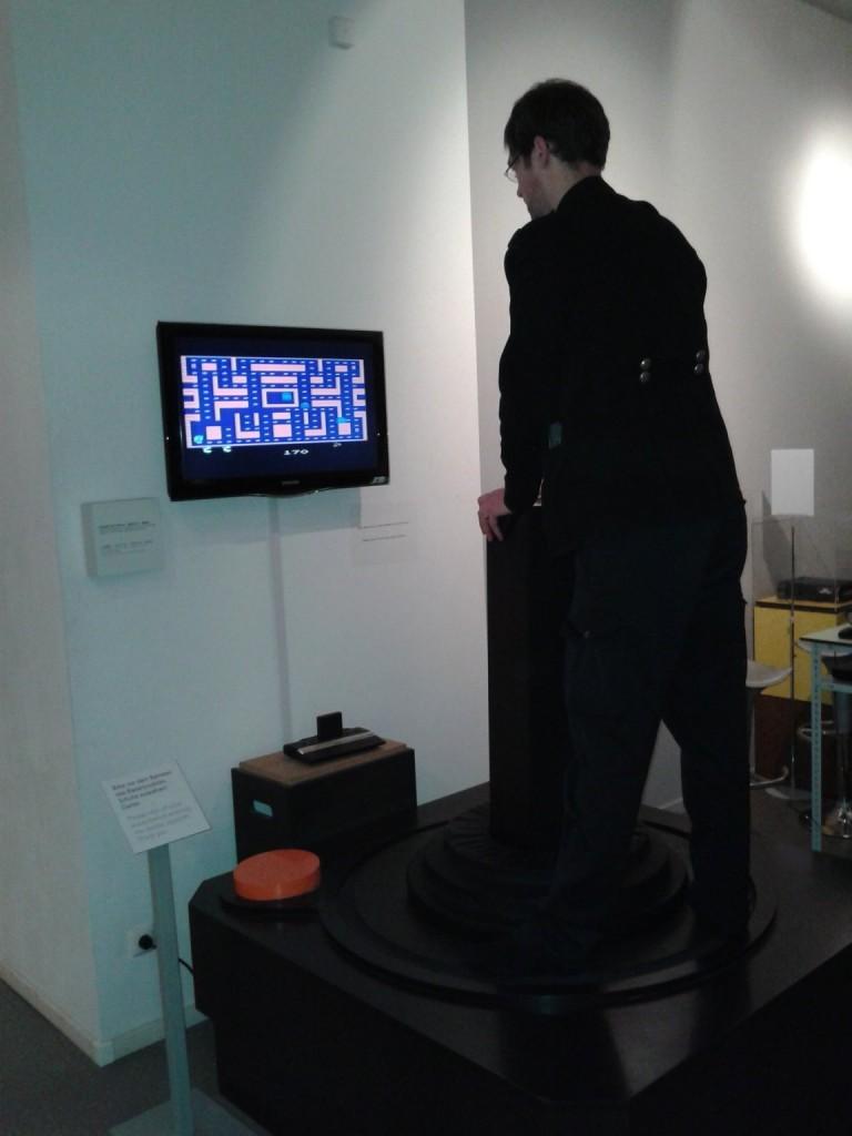 Aber Hallo, Dreibein! Nicht im Bild: Der riesige Joystick, mit dem Sascha einen gelben Smiley durch ein Labyrith steuert und dabei Geistern ausweichen muss. Ein revolutionäres Spielkonzept, das bestimmt gute Aussichten auf den ein oder anderen Games-Award haben wird.