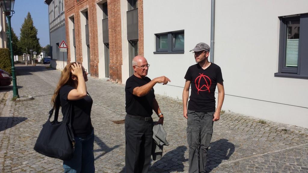 Nicht nur als Audioguide im Museum wegweisend: Ernst Meincke (mitte) erklärt Sebastian im Schnelldurchlauf seine Filmographie