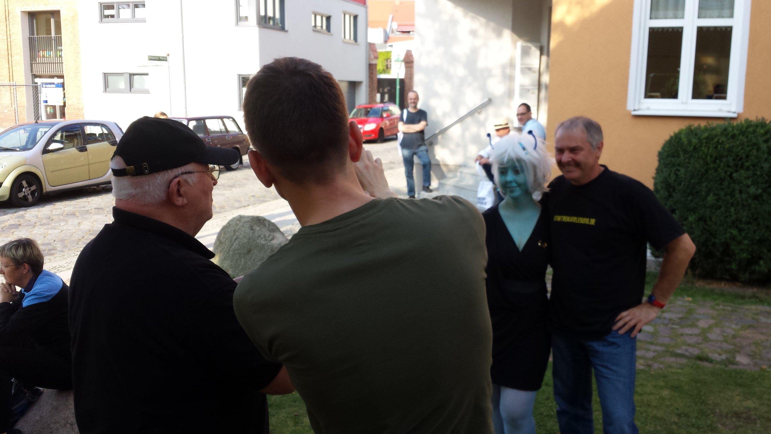 Völlig ohne Berührungsängste: Hubert Zitt geht auf Tuchfühler mit einer Andorianerin.