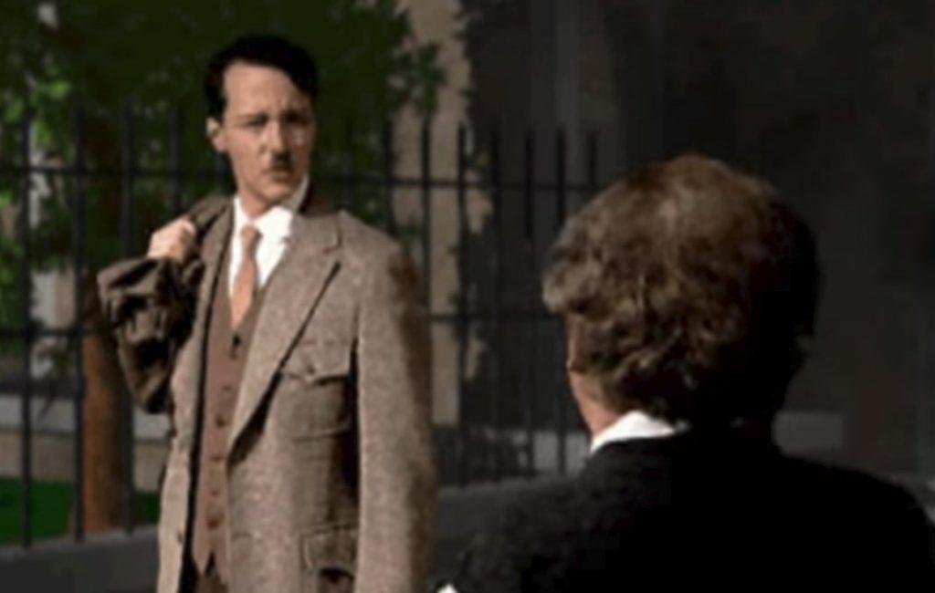 """""""Örst schöttel ich ein paar Hande, dann marschier ich irgendwo ein, chhrr!"""" Der historische Handschlag zwischen Hitler und Einstein hat hysterische Folgen. Jedenfalls wenn es nach den Machern von Red Alert geht"""